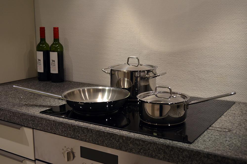 Pannen op een kookplaat in de showroom van Keukenstudio van Vliet.