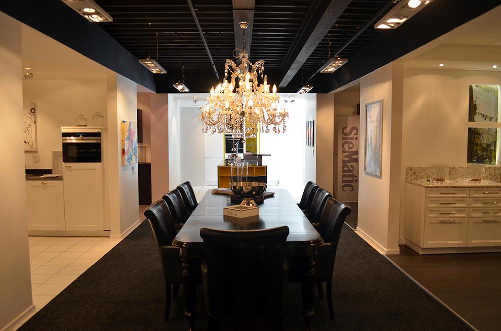 Een donkere eettafel in de showroom van Keukenstudio van Vliet.