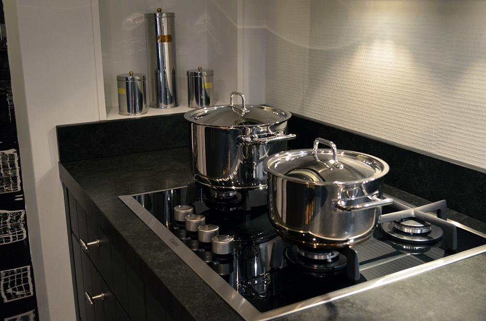 Een keuken in de showroom van Keukenstudio van Vliet Er staan pannen op een kookplaat.
