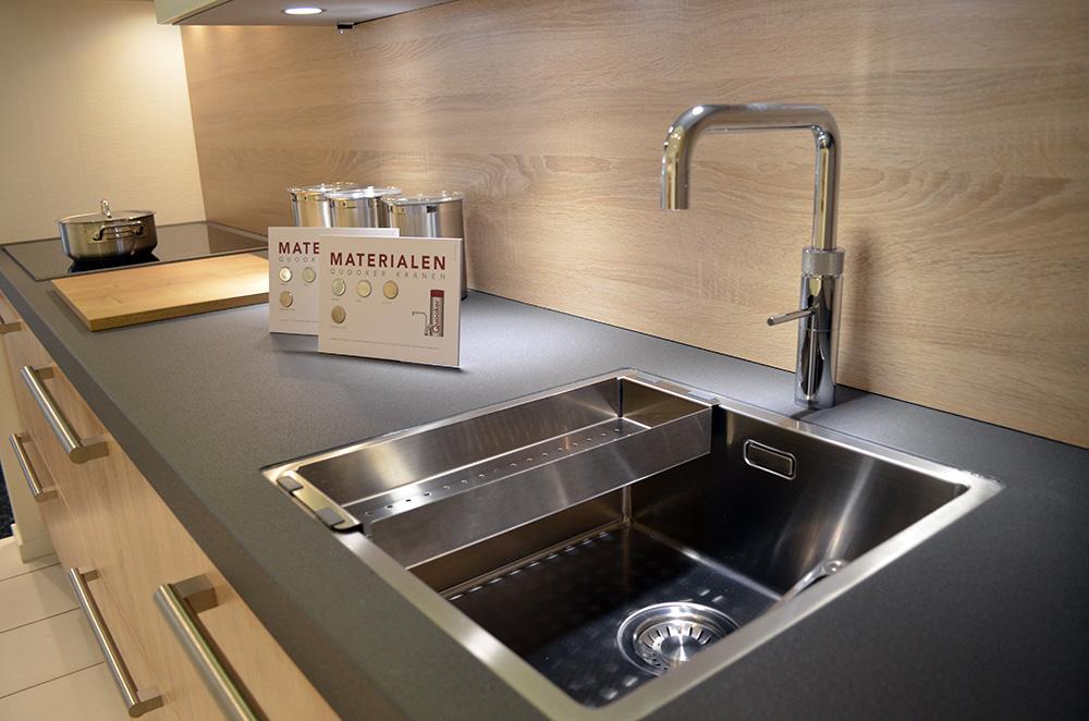 Een keukenblok met geïnstalleerde spoelbak in de showroom van Keukenstudio van Vliet.