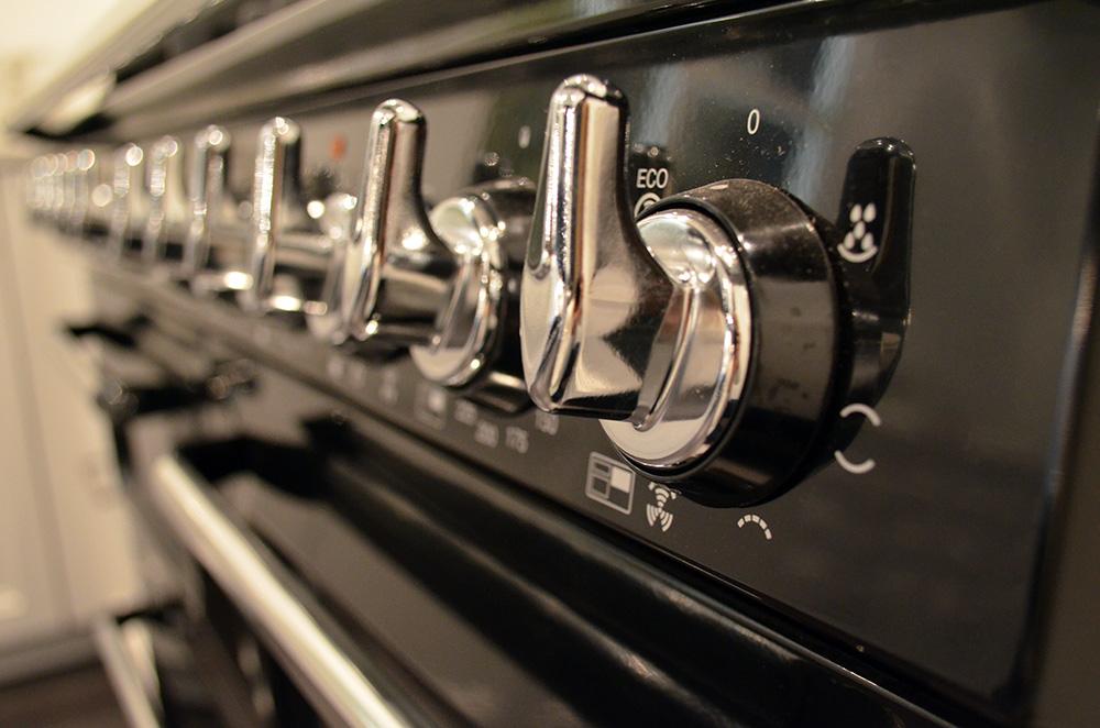 De knoppen van een oven die in de showroom van Keukenstudio van Vliet staat.