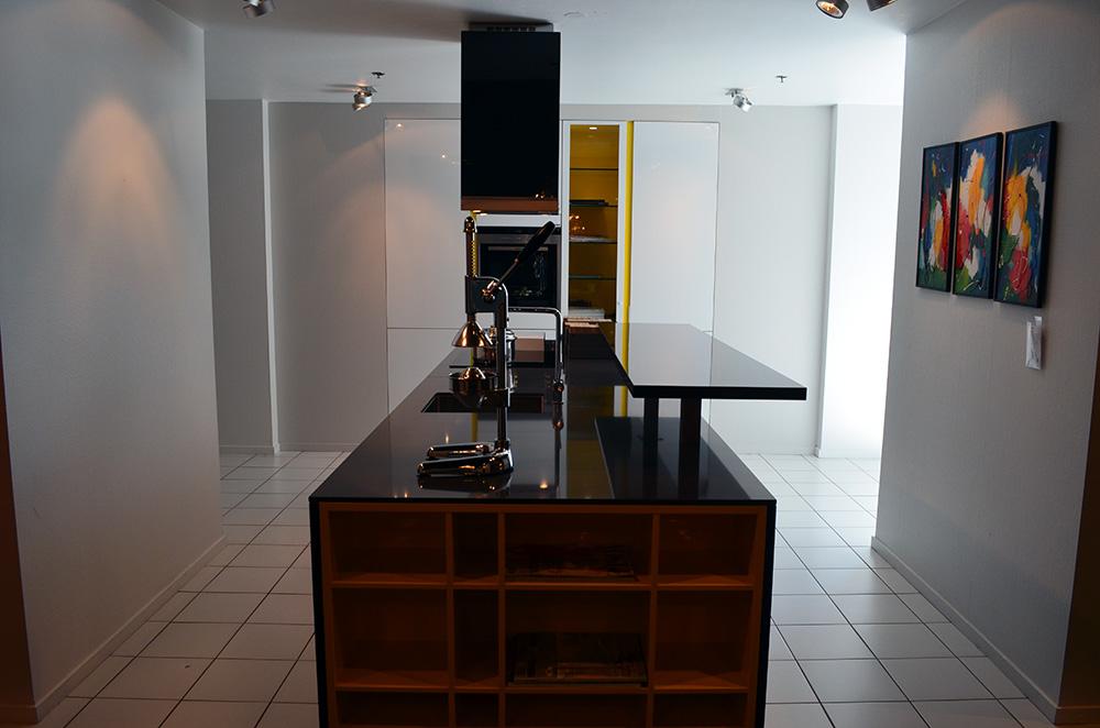 Een rood-zwarte keuken in de showroom van Keukenstudio van Vliet.