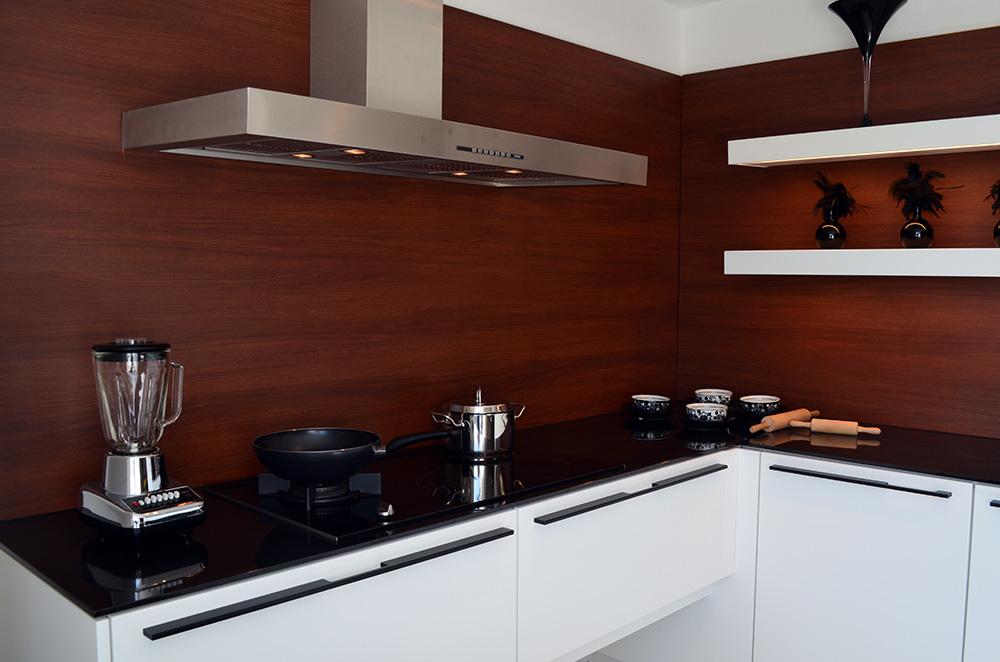 Een wit keukenblok met zwart werkblad in de showroom van Keukenstudio van Vliet.