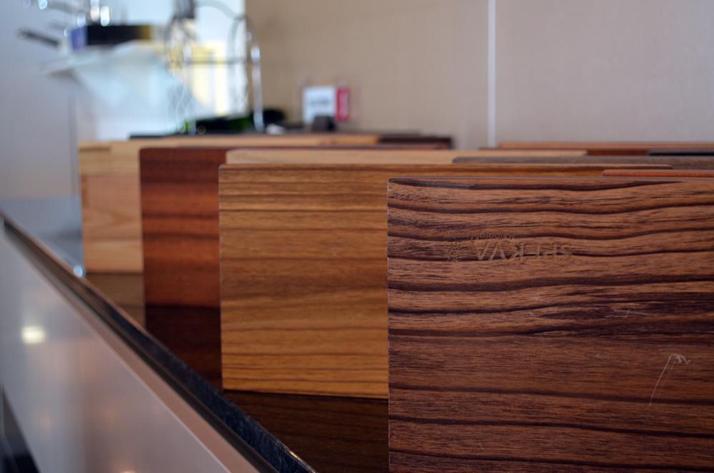 In de showroom van Keukenstudio van Vliet liggen voorbeelden van houtsoorten voor keukens.