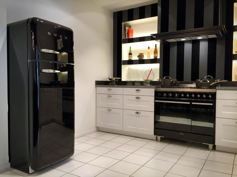 SieMatic landelijke keuken 2002 RF. Uitgevoerd met luxe SMEG fornuis, zwarte SMEG koelkast, en Siemens apparatuur.