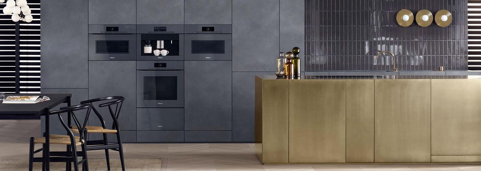De Miele Artline oven in de nieuwste kleurtrend voor keukens. Grafietgrijs, een donkere, koele, maar ook elegeante kleur.