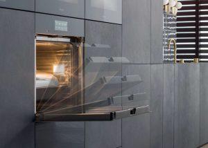 De Artline inbouwappraten van Miele gaat met een hele soepele deurbeweging open.