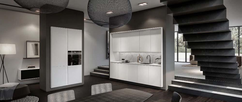 Een titanium witte SieMatic Pure keuken met in totaal tien keukenkastjes in het keukenblok. De hoge keukenkast bevat een ingebouwde oven en vier keukenkasten.