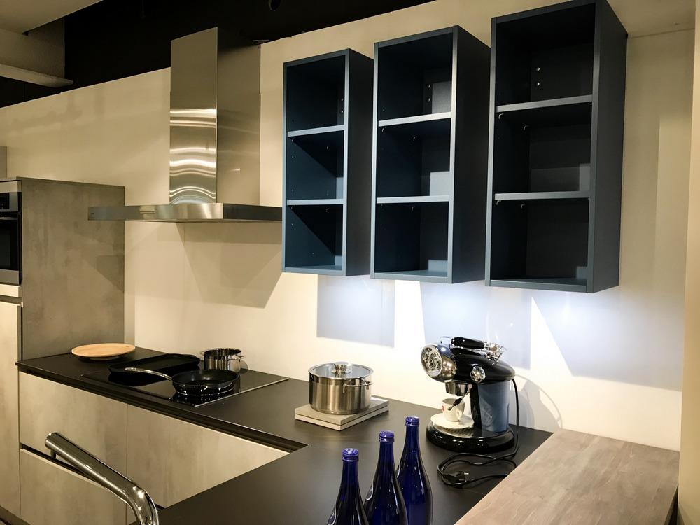 Een huisselectie keuken van Keukenstudio van Vliet. Dit model is uitgevoerd in de betonlook met een zwart keukenblad.