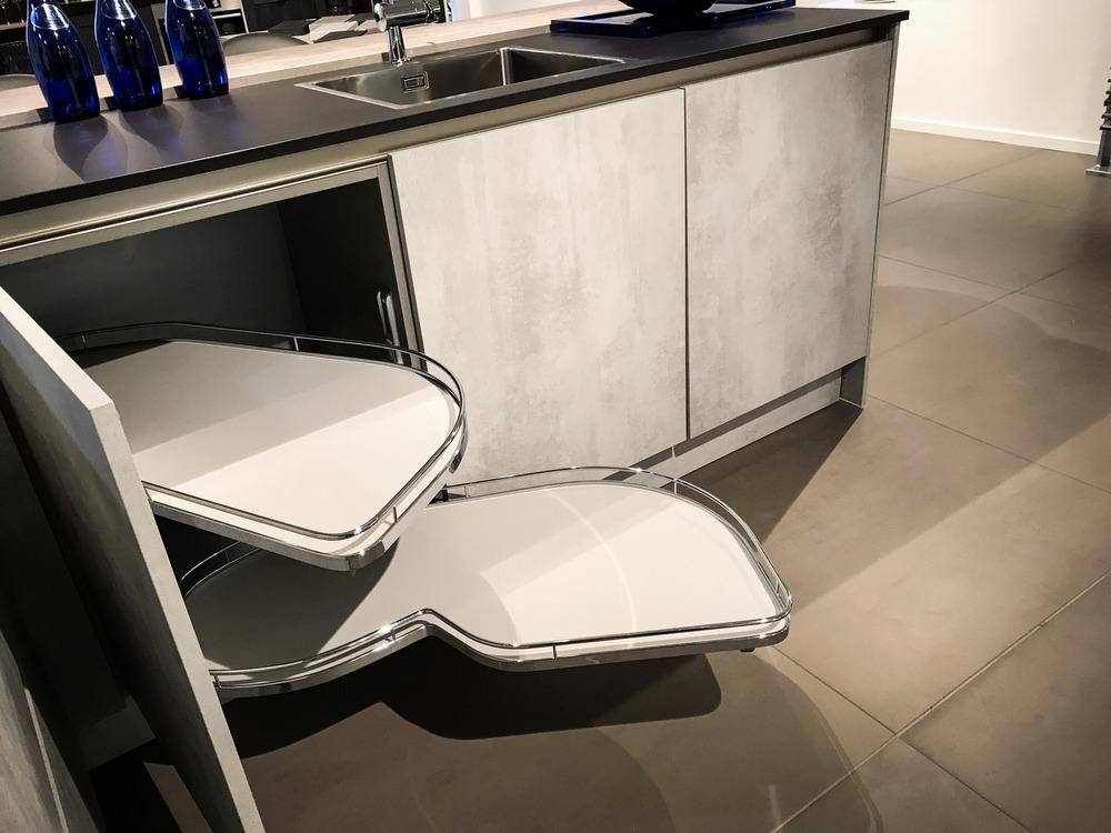 Een Keukenstudio van Vliet huisselectie keuken met de betonlook. Dit model heeft een volledig geïntegeerde vaatwasser en uitschuifbare planken in de keukenkasten.
