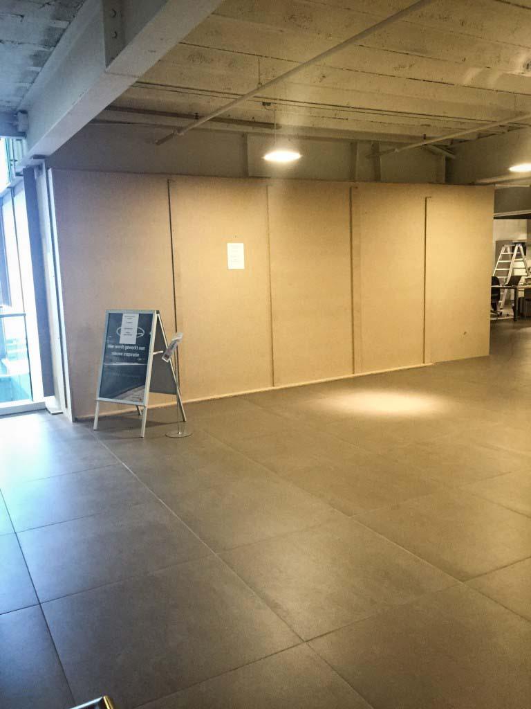 Er worden tijdelijke wanden geplaatst in de showroom van Keukenstudio van Vliet om het stof te beperken.