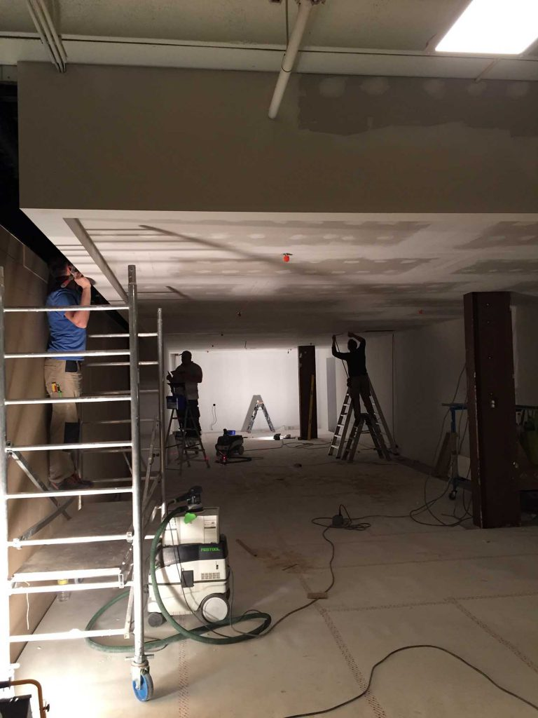 De plafonds in de Siematic Premium Store worden gelegd en afgewerkt.