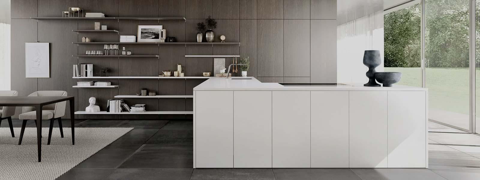Een vrijstaande hoekkeuken van SieMatic. De keukenkasten zijn wit afgewerkt en hebben een ingebouwde kookplaat.
