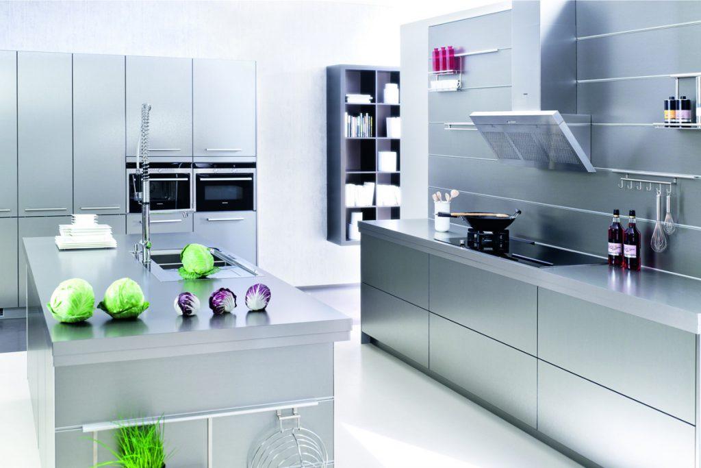 Een keuken uit de huisselectie van Keukenstudio van Vliet. De compleet grijze keuken bevat twee ingebouwde ovens.