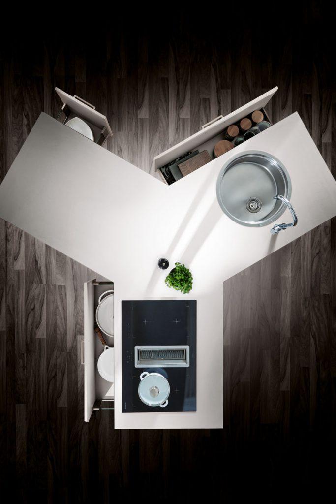 Een Y vormig keukenblok uit de huisselectie van Keukenstudio van Vliet. Dit blok is afgewerkt met een wit keukenblad.