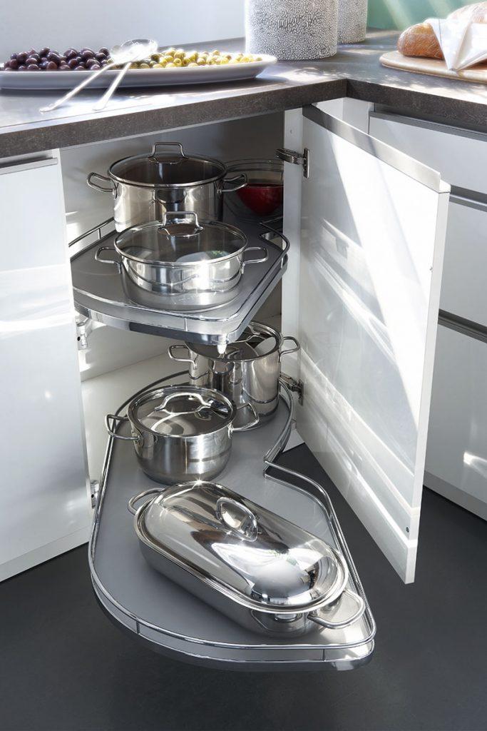 Een Keukenstudio van Vliet huisselectie keuken. Dit witte keukenkastje heeft uitschuifbare rekken voor bijvoorbeeld pannen.