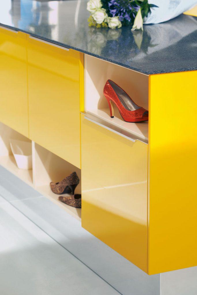Een Keukenstudio van Vliet huisselectie kleuren. Dit keukenkastje is glanzend geel uitgevoerd.