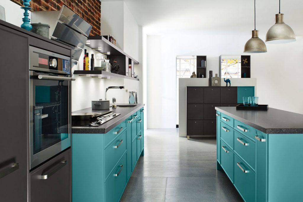Een Keukenstudio van Vliet huisselectie keuken met zwarte keukenbladen. De keukenkasten zijn uitgevoerd in een frisse kleur. Deze keuken bevat een ingebouwde oven.
