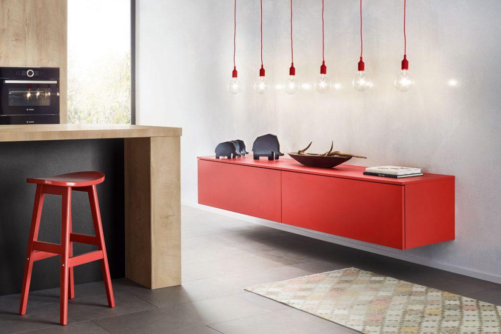 Een huisselectie van Keukenstudio van Vliet. Dit rode keukenkastje is laag aan de wand bevestigt en bevat twee deuren.