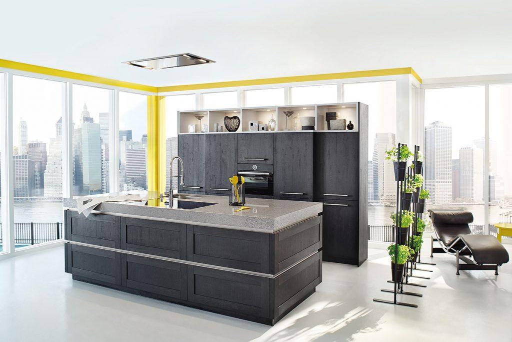 Een huisselectie keuken van Keukenstudio van Vliet. Deze zwart-grijs uitgevoerde keuken heeft acht grote keukenkasten en een ingebouwde oven.