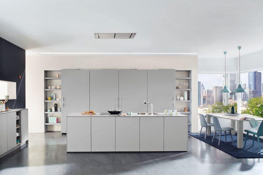 Een Keukenstudio van Vliet huisselectie keuken. Deze grijze keuken heeft vier hoge keukenkasten en vijf lage keukenkasten.