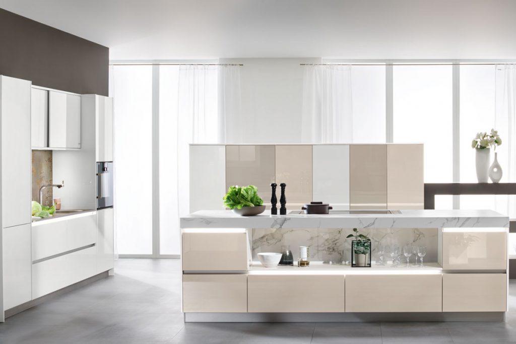 Een huisselectie keuken van Keukenstudio van Vliet. Deze keuken is meerkleurig. De crème kleuren zijn allemaal net iets lichter of donkerder. Het keukenblok heeft een open ruimte waar nog ruimte is voor spullen die in het zicht mogen.