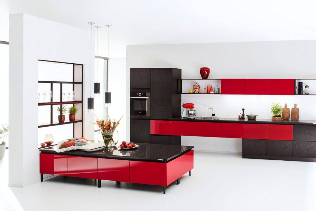 Een huisselectie keuken met rode en zwarte panelen samengesteld door Keukenstudio van Vliet.