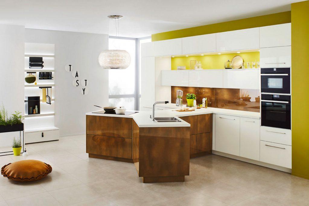 Een huisselectie keuken samengesteld door Keukenstudio van Vliet. Dit Y vormige keukenblok heeft een houtkleurige ombouw met een wit keukenblad.