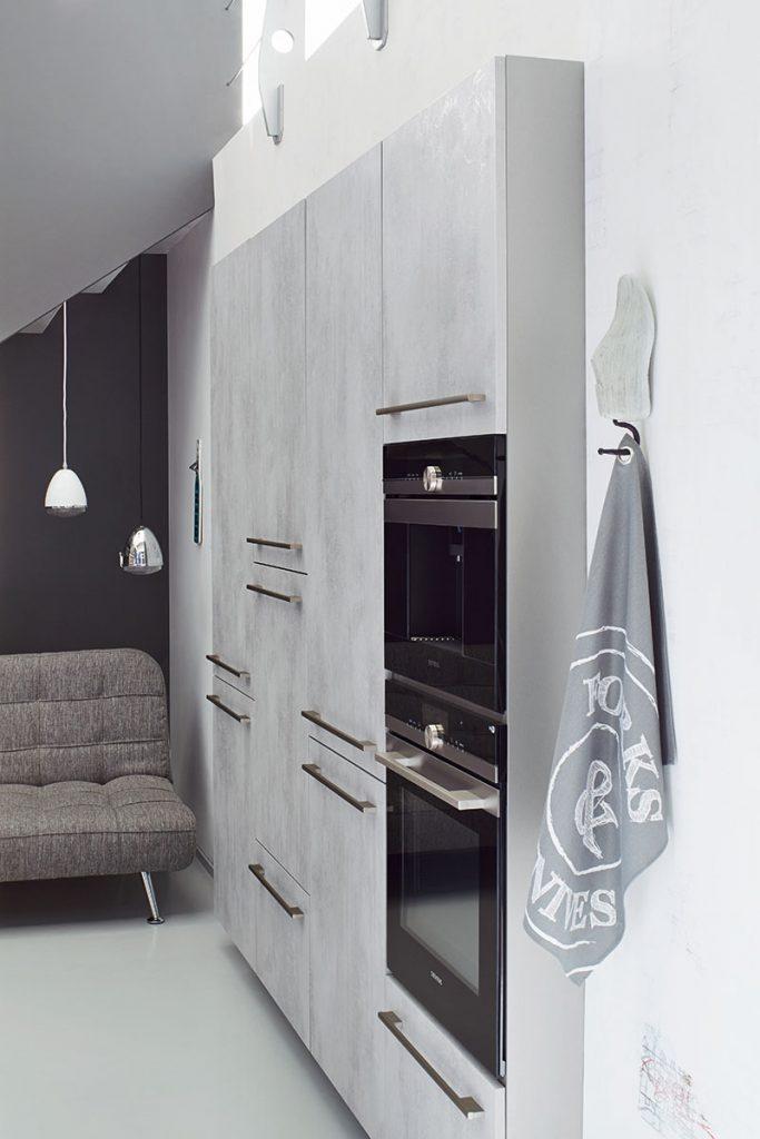 Een Keukenstudio van Vliet huisselectie keuken. Dit model bevat een ingebouwde oven en meerdere keukenkasten.