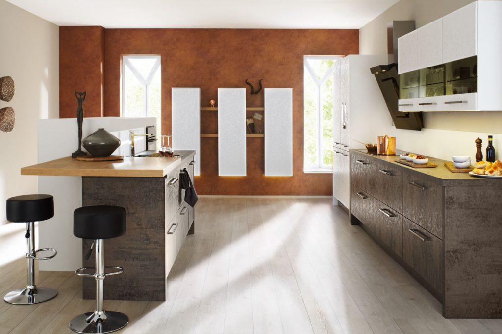 Een huisselectie keuken van Keukenstudio van Vliet. De in houtkleur uitgevoerde keukenblokken worden gecombineerd met witte bovenkasten.
