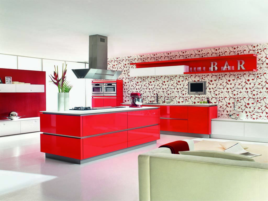 Een Keukenstudio van Vliet huisselectie keuken met glanzend rood uitgevoerde keukenkasten. Het keukenblad is wit.