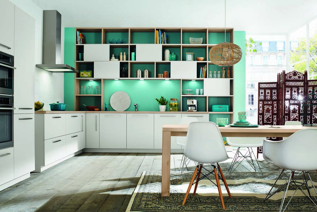Een Keukenstudio van Vliet huisselectie keuken met wit uitgevoerde kasten. Het werkblad heeft een lichte houtskleur evenals de binnenkant van de kasten.