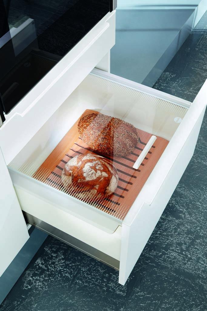 Een huisselectie Keukenstudio van Vliet keuken. Een witte lade met daarin brood.