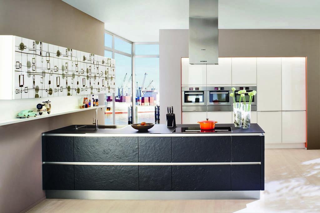 Een Keukenstudio van Vliet huisselectie keuken met zwarte panelen. De open randen zijn wit afgewerkt en het blok heeft een zwart keukenblad.