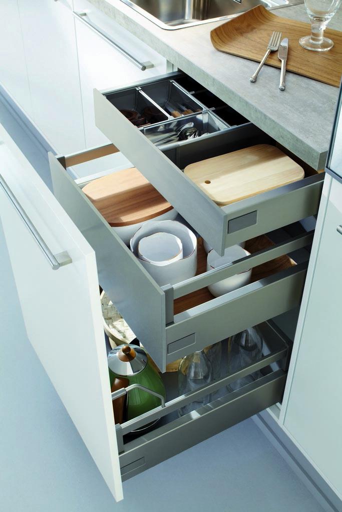 Een lade systeem van de Keukenstudio van Vliet huisselectie. De laden zijn opgedeeld in verschillende vakken om bijvoorbeeld snijplanken te laten passen.