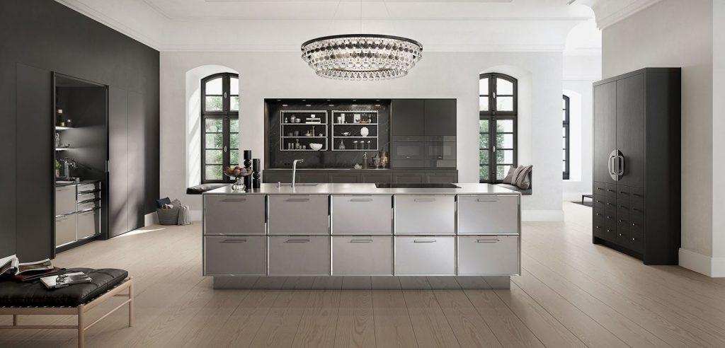 De SieMatic Classic Beauxarts mat zwarte keuken met een vrijstaand kookeiland met daarop ook de wasbak.