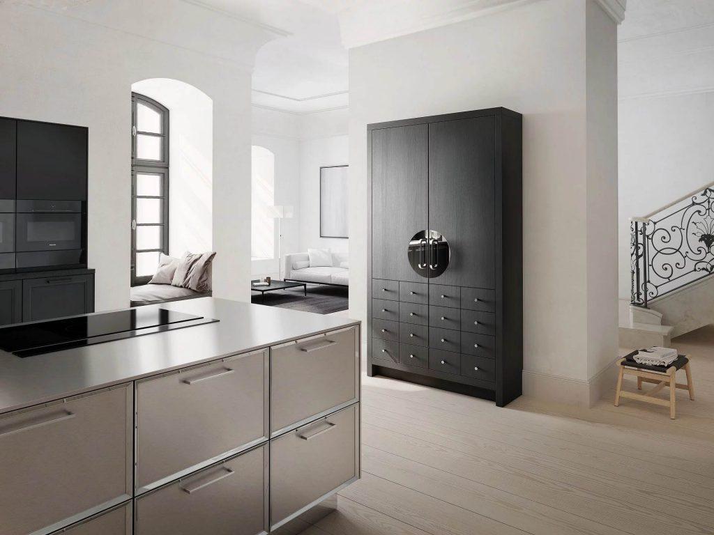 De SieMatic Classic Beauxarts mat zwarte kast met twee hoge deuren en acht lades.