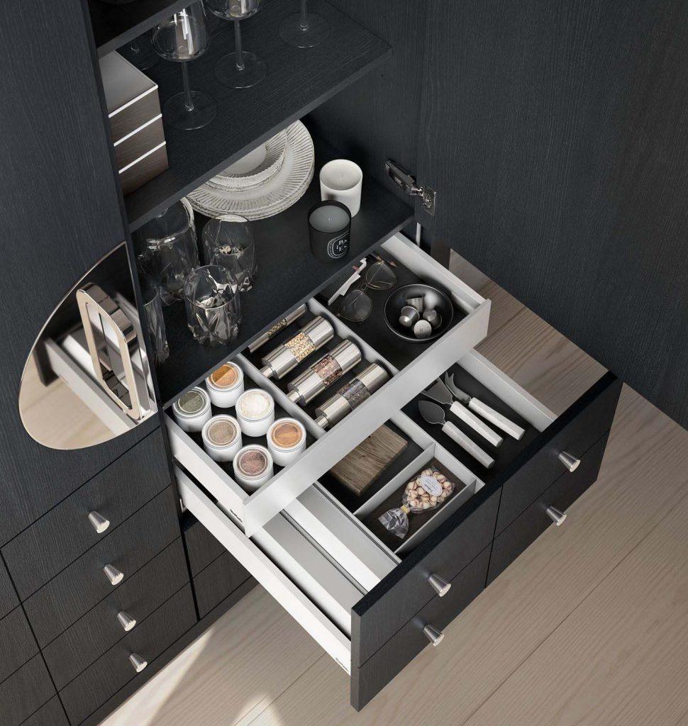Een SieMatic Classic Beauxarts mat zwarte kast met het SieMatic Aluminium interieursysteem voor keukengerei.