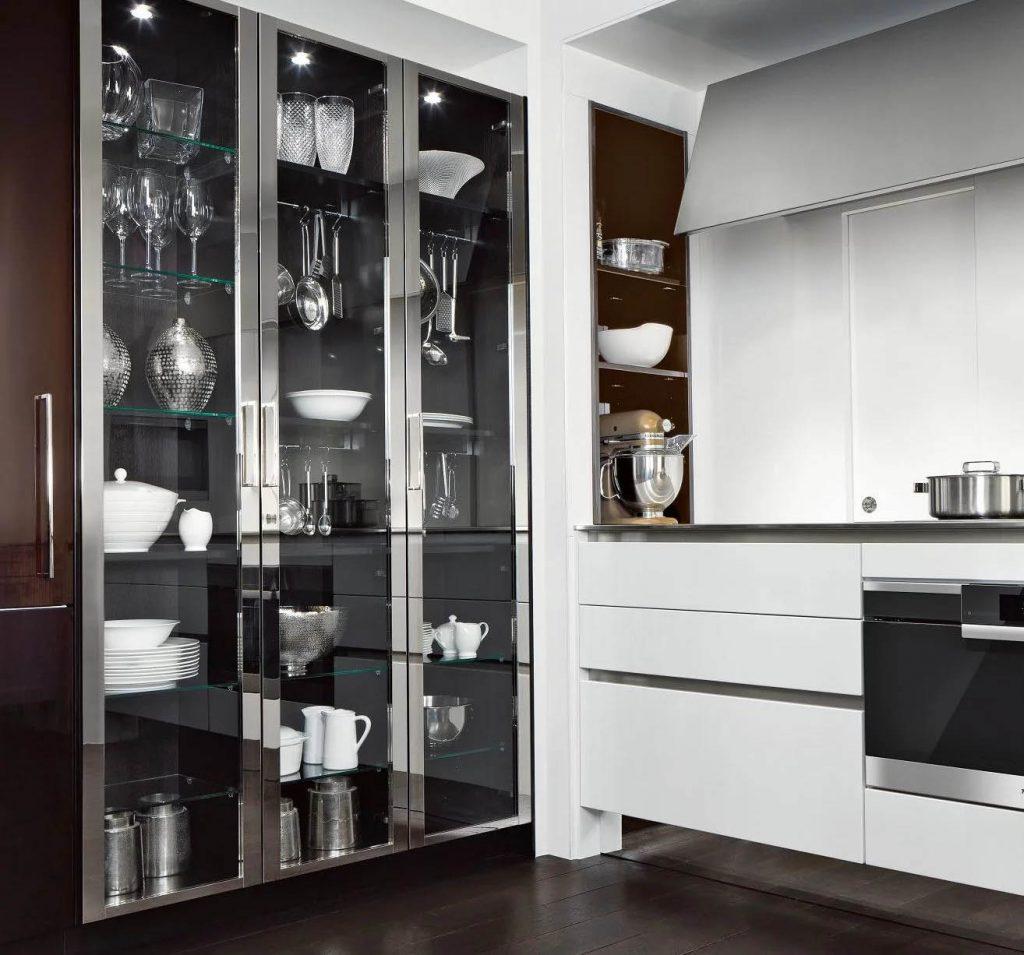 SieMatic Classic Beauxarts keukenkast met glazen deuren. De omlijsting van de glazen deuren is chroom kleurig. De planken in de kast zijn van glas.