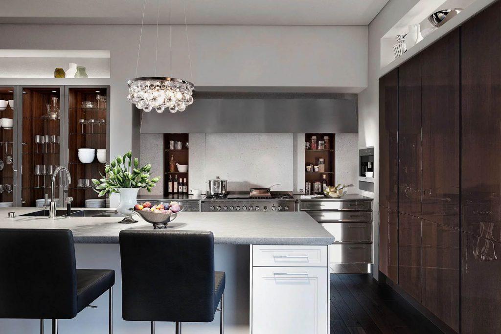 SieMatic Classic Beauxarts keuken met RVS uitstraling. Het fornuis staat geplaatst tussen RVS ogende keukenkasten. De afzuigkap verspreid zich over het gehele keukenblok.