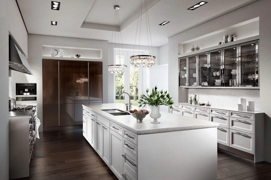 Een witte SieMatic Classic Beauxarts keuken met een vrijstaand keukeneiland.