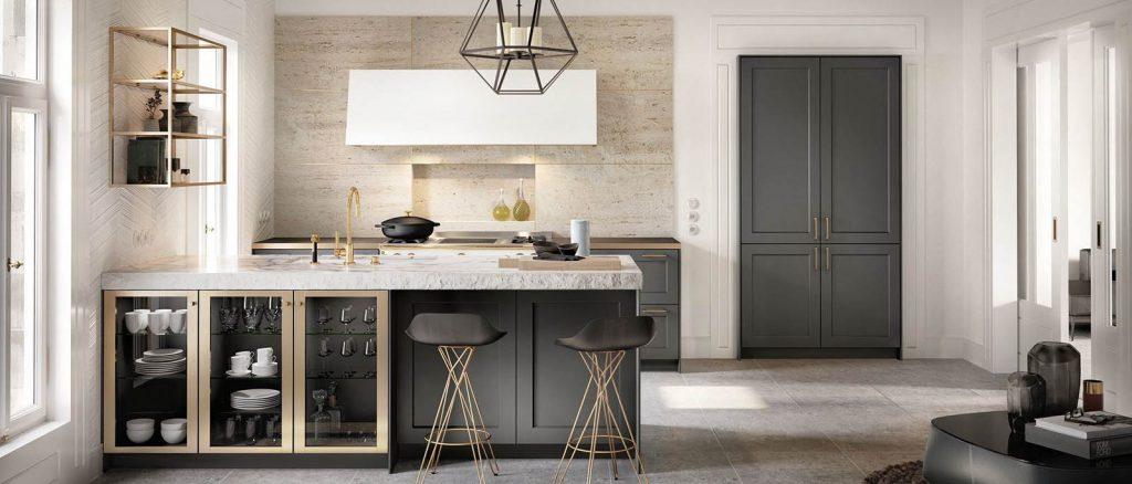 Een grafiet grijze keuken van de SieMatic Classic serie. De donker uitgevoerde keukenkastjes passen goed naast de keukenkastjes met glazen deuren en een houtkleurige lijst.