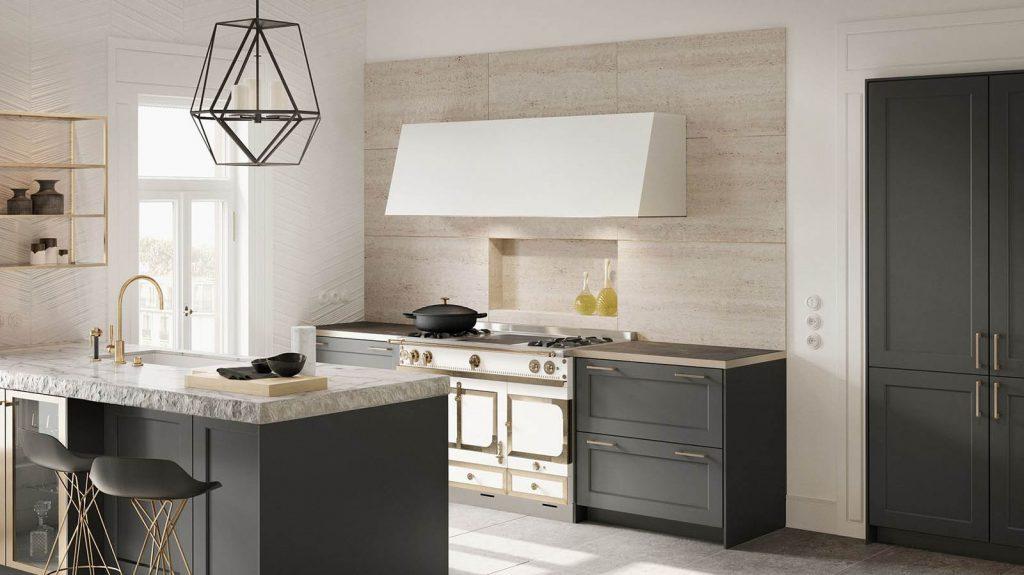 SieMatic Classic keuken uitgevoerd in grafietgrijs. Het fornuis ziet er klassiek uit en heeft een grote witte afzuigkap. De keuken bevat ook een vrijstaand keukeneiland met een werkblad dat marmer lijkt.