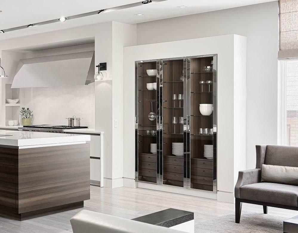 SieMatic Classic keukenkast met glazen deuren. De binnenkant van de kast is houtkleurig uitgevoerd en de ombouw is wit. De planken in de kast zijn van glas.