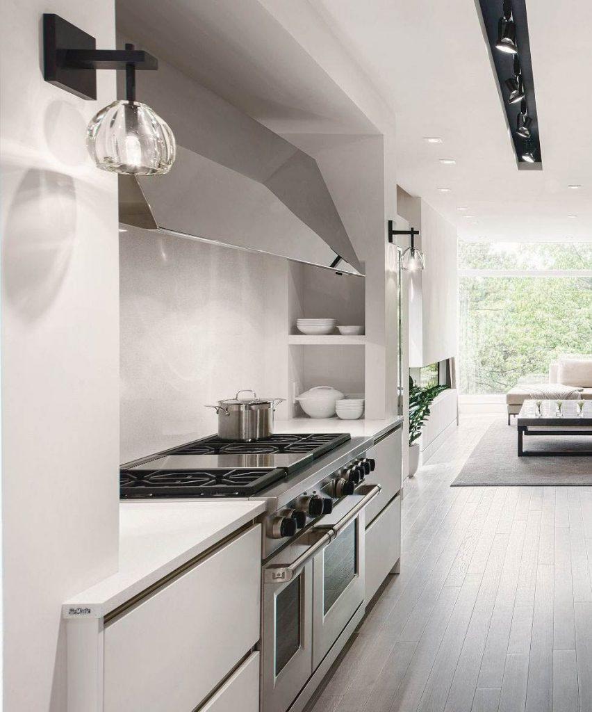 SieMatic Classic keuken met twee ingebouwde ovens en twee kookplaten. De keukenkastjes zijn wit en heb geen zichtbare handgrepen.