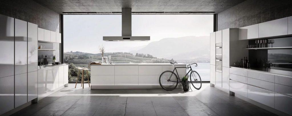 SieMatic Pure keuken met matte en hoogglanzende elementen. Het keukeneiland heeft een ingebouwde kookplaat.