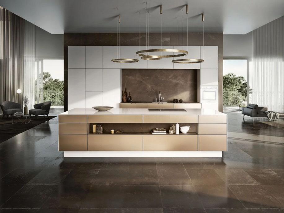 SieMatic Pure keuken met vrijstaand kookeiland. De hoge keukenkasten zijn in het titanium wit uitgevoerd en hebben een ingebouwde oven.