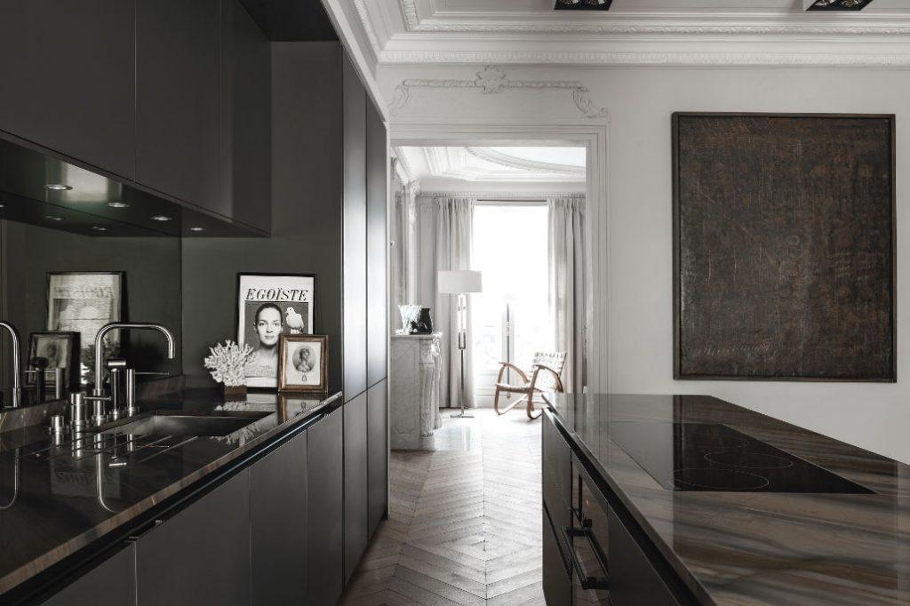 SieMatic Pure keuken waarin de meubelelementen in grafietgrijze matte lak zijn uitgevoerd. Het vrijstaande kookeiland heeft een ingebouwde kookplaat.