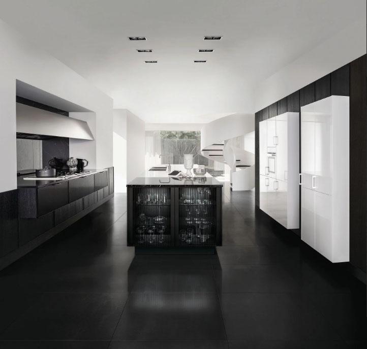 SieMatic Pure zwart-wit keuken. Een ingebouwd keukenblok dat in het zijdemat zwart is uitgevoerd met daarnaast een vrijstaand keukeneiland met spoelbak. Aan de rechterkant twee grote titanium witte keukenkasten.