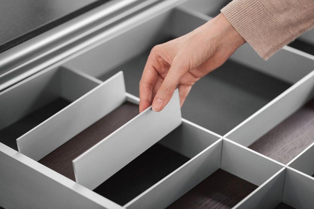 SieMatic Aluminium interieursysteem systeem om bestek, messen, en ander keukengerei op te bergen.
